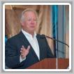 El presidente internacional Newton B. Jones revisa el Fondo de Inversión Laboral M.O.R.E.