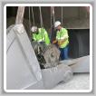 Terris Deans, izquierda, y Daniel Jones, ambos del L-D23, reparan cables de grúa en la planta de Cemex en Clinchfield, Georgia. Tanto Deans como Jones están en la universidad a través del programa de educación universitaria de la planta.