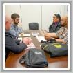 Shane «Kalai» Ferreira, del Local 627, quien trabaja para BAE Systems en Hawai, ofrece razones por las que una fuerte Ley Jones es esencial para la nación. De izquierda a derecha: BM-ST Jacob Evenson; Jesse Isleman, asistente legislativo del senador Brian Schatz (D-HI); Wesley Dale y Ferreira.
