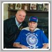 El gerente de negocios-secretario/tesorero del L-40 Mike Autry entrega a Herbert Reedy su insignia de setenta y cinco años.