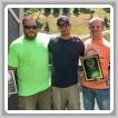 Los héroes del L-154 Rick Derrick (extremo izquierdo) e Ethan Boyd (extremo derecho), flanquean a Jonathan Bach. Derrick y Boyd recibieron premios por heroísmo durante un picnic del Día del Trabajo en Pittsburgh. John McClurg y Scott Weaver no estuvieron disponibles para asistir al evento.