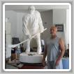 Edward Goodhart, en su taller de North Providence, Rhode Island, hace una pausa durante el trabajo detallado.