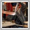 Mark Campbell, soldador TIG de fabricación, inspecciona su trabajo después de soldar con gas inerte de tungsteno la cubierta exterior de un horno de convección que sostendrá el cristal de la ventana.