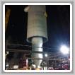 Los Boilermakers que trabajan para Madison Industrial colocan el nuevo reactor en su lugar.