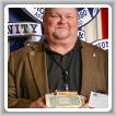 """Gerard """"Mozzy"""" Maciejewski presenta donaciones de efectivo y cheques durante la conferencia LEAP 2012."""