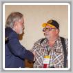 El secretario ejecutivo de la AFL-CIO de Wyoming, Kim Floyd (izquierda), le entrega a Roy Moyer el Premio al Líder Laboral del Año 2018.