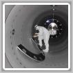 """Un técnico en el Observatorio de Ondas Gravitacionales por Interferometría Láser instala un tubo limpio de modo deflector. Los Boilermakers construyeron cinco millas de tubos especiales para cada uno de los """"sitios detectores"""" gemelos del observatorio en Hanford, Washington, y Livingston, La. Los científicos anunciaron allí recientemente un gran avance que demuestra una parte clave de la teoría general de la relatividad de Einstein. Laboratorio Caltech / MIT / LIGO"""