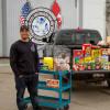 El representante de los Boilermakers de Calgary Steve Warren y la instructora de preaprendizaje Kayla Vander Molen recogen donaciones no perecederas en el salón del L-146 de Calgary para un banco de alimentos local de Calgary.