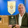 John Bland, gerente de negocios/secretario-tesorero del Local 13, recibe el Premioa la Seguridad John F. Erickson de NACBEen nombre de su logia.