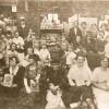 Los huelguistas y sus familias reciben suministros en el economato administrado por los comités de huelga en Cramps and Sons Shipyard, Filadelfia.